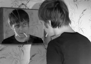 Un espejo quebrado.