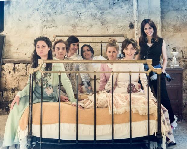 El reparto femenino de 'La novia' junto a la directora de la película, Paula Ortiz.